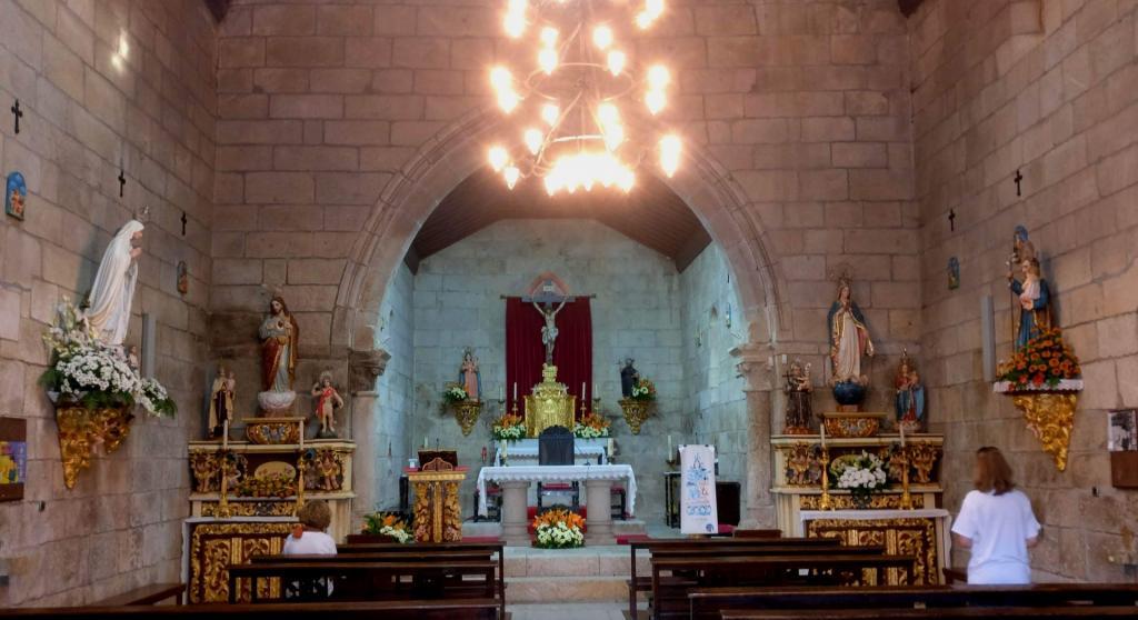 Igreja de Santa Maria de Abade de Neiva  - Interior no seu estado actual com altares
